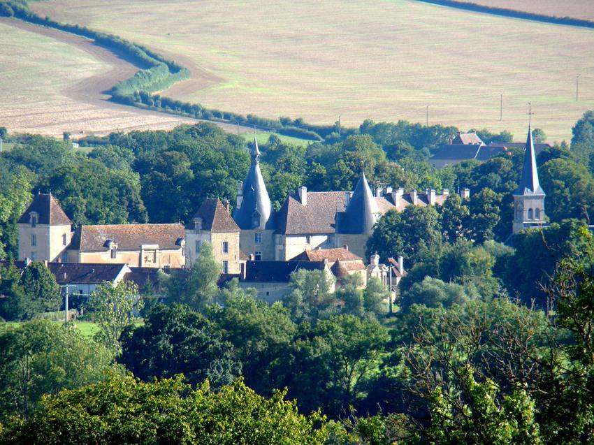 Vue de la cabane sur le château de Commarin