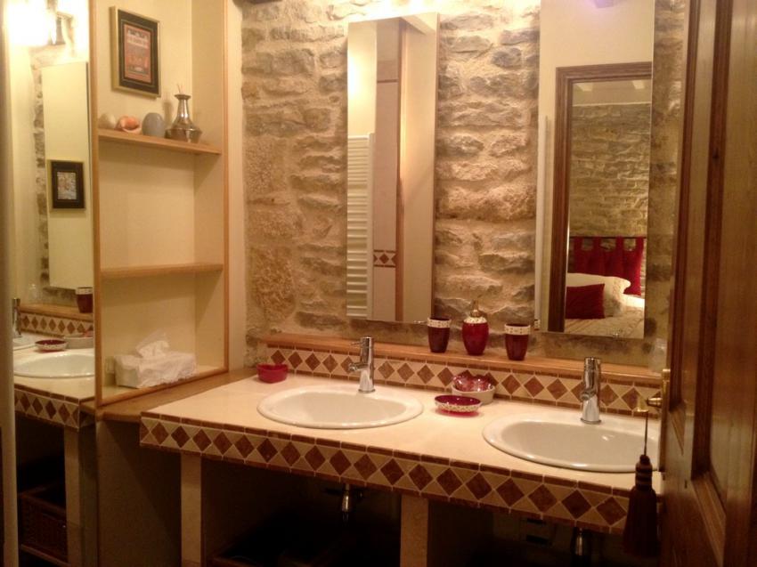 Salle de bain décorée avec soin